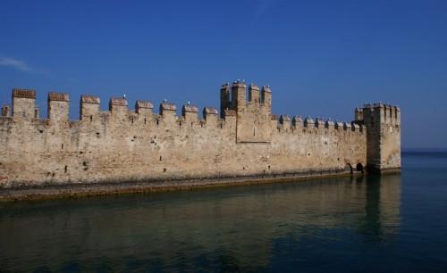 Sirmione - Le mura merlate della Darsena