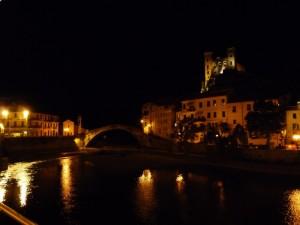 Vista del castello e del ponte in notturna