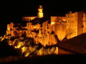 veduta notturna di Pitigliano
