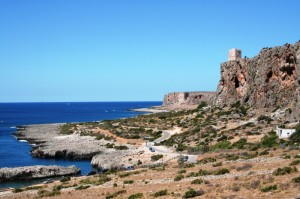 Panoramica della costa con torre a picco sul mare