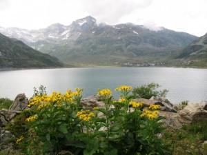 L'abitato di Montespluga al di la del lago omonimo