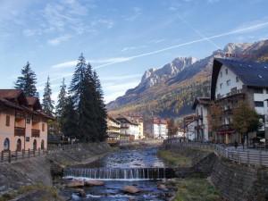 Moena, il torrente Avisio e le Dolomiti
