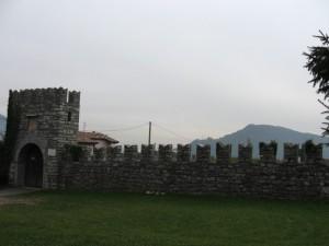 l'entrata al castello e le sue mura