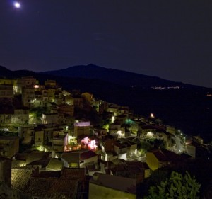 Castiglione, la luna e l'Etna