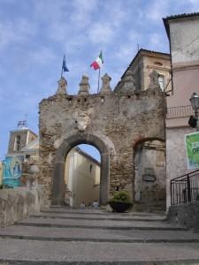 Agropoli, la porta d'ingresso al centro storico e le mura di cinta