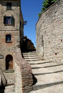 Montone, il paese completamente fortificato
