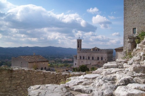 Gubbio - Vista sul Palazzo dei Consoli e panorama