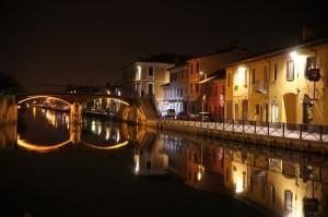 Il Naviglio Grande a Gaggiano: il ponte pedonale di notte