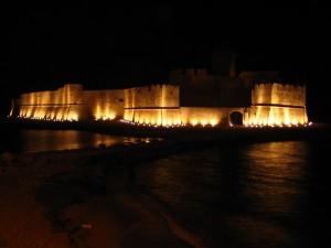 castello aragonese di notte