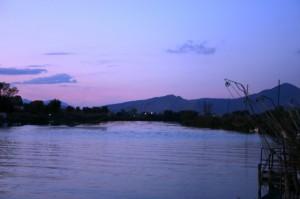 la montagna ed il fiume nel blù