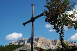 S.Leonardo in Badia -San Linert. Sullo sfondo il Sasso della Croce.