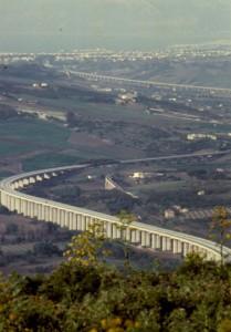 Autostrada e ferrovia in stile dorico