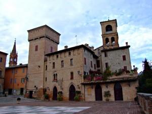 Castello di Castelvetro con la scacchiera in piazza