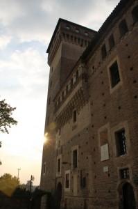 Un raggio di sole dietro la torre