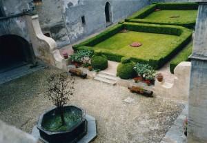 Issogne: la fontana del melograno .. con le foglie di quercia