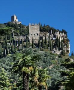 Arco, il castello su sfondo azzurro