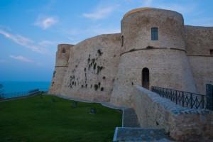 Lato ovest del Castello Aragonese al tromonto