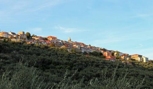 Lucinasco - Lucinasco sulla cresta del monte