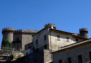 I torrioni del castello Odescalchi si mescolano nel suo borgo