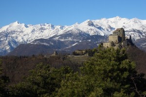 Panorama sulla Sacra di San Michele e vette della val Susa innevate