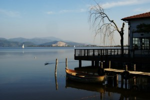 a vela nel lago