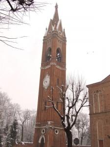 Il campanile tra la neve