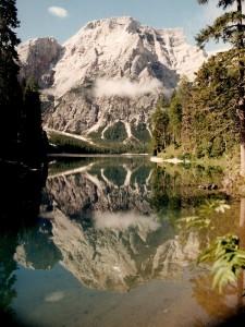 Lago di Braies che riflette