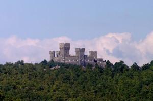 Castello Monaldeschi un contrasto tra cielo e natura
