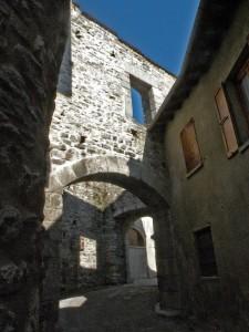 Luci e ombre nella contrada medioevale di Erba