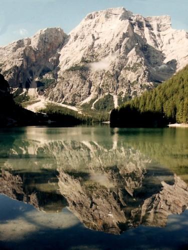 Braies - le acque riflettenti del lago di Braies