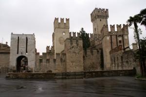 Castello di Sirmione con ingresso al borgo