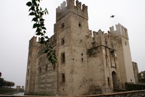 Castello di Sirmione visto dal borgo
