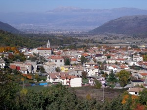 Panorama del paese con lo sfondo del Fucino ed gruppo del Velino