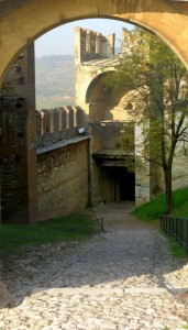 Vista delle colline attraverso il Castello Medioevale di Soave