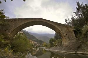 Badalucco ed il ponte romanico sul torrente Argentina