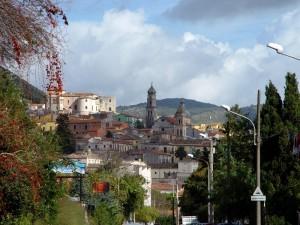 Nuvole, castello e campanili sulla città.