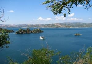 Battello sul lago Mulargia