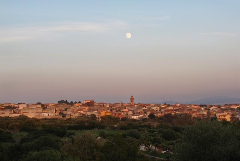 ''Paulilatino al tramonto e la luna che guarda'' - Paulilatino