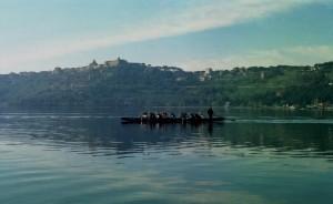Il paese sovrasta il lago