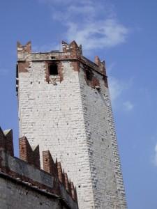 Torre bianca e cielo azzurro.
