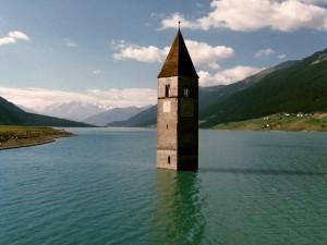 Dalle acque del lago di Resia spunta una torre