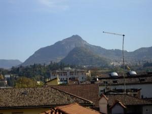 tetti e montagne