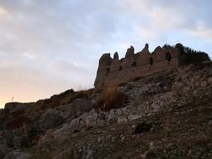 Rocca Montis Dragonis con torrione e croce - panoramica