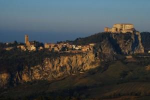Svetta San Leo in una cuspite rocciosa