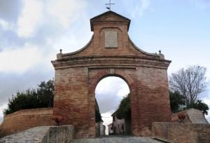L'imponente arcata della Porta Nova