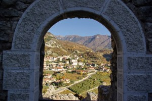 Il paese di Drena visto dal suo castello.