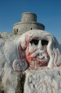 Rocca e rupe con scultura.