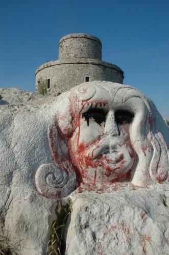 Montesarchio - Rocca e rupe con scultura.