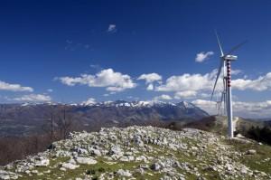 Parco eolico di Durazzano e Massiccio del Taburno all'orizzonte