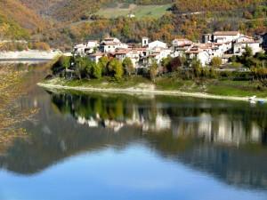 Colle di Tora si specchia nel Turano